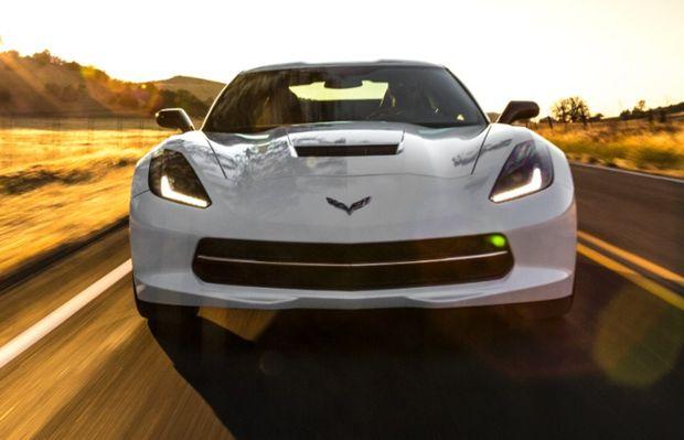 A Chevrolet Corvette 2015 mantém a frente agressiva dos outros anos