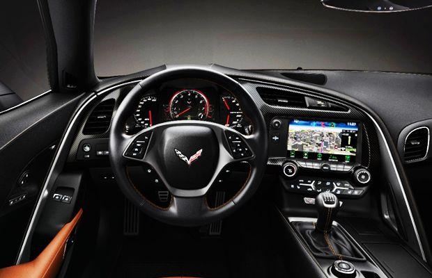 O completo painel da Chevrolet Corvette 2015