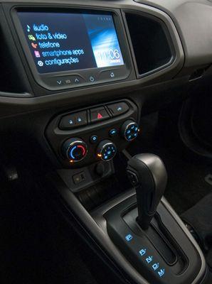 Painel com o MyLink e console do Chevrolet Prisma