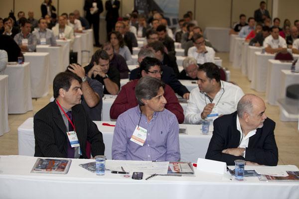 Participantes do 1º Fórum do Mercado de Som e Acessórios acompanham atentamente os debates