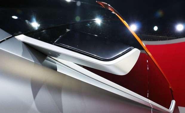 O belo espelho do Nissan Kicks Concept  parece flutuar graças a um suporte em alumínio, que combina com frisos no mesmo tom