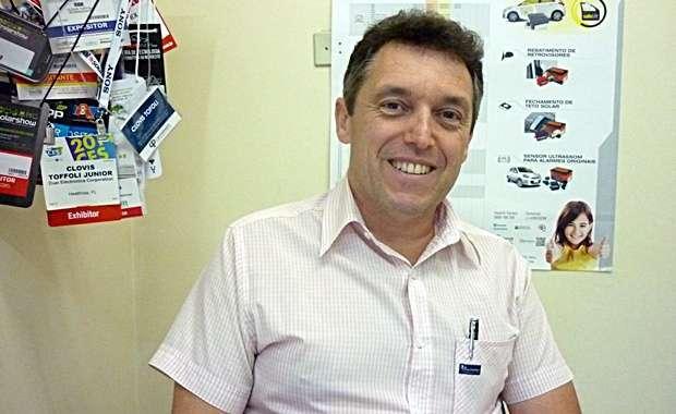 O representante comercial Clóvis Toffoli, especializado em acessórios automotivos