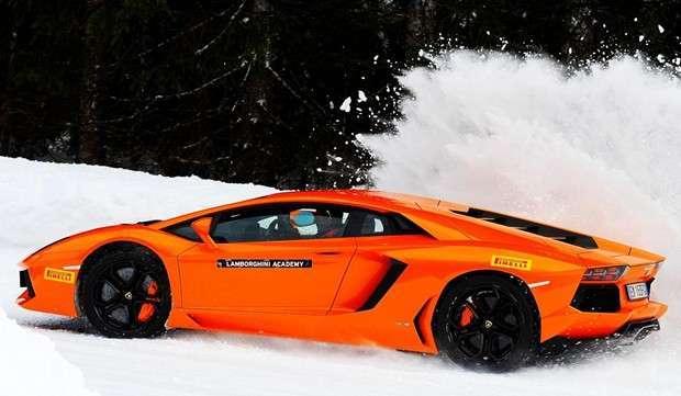 Carro derrapa na neve durante a versão de inverno da Lamborghini Accademia