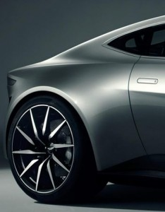 Detalhe da lateral traseira do Aston Martin DB10 que será usado por James Bond no filme Spectre