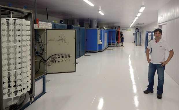 Máquinas na fábrica de acessórios automotivos Fiamon