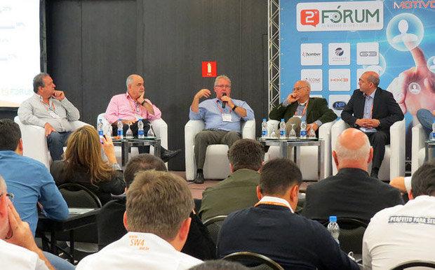 Mesa do primeiro Painel de Debate do do 2º Fórum do Mercado de Som e Acessórios Automotivos, realizado pela Revista AutoMOTIVO