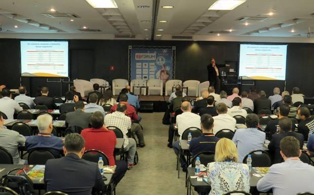 Platéia do 2º Fórum do Mercado de Som e Acessórios Automotivos, realizado pela Revista AutoMOTIVO
