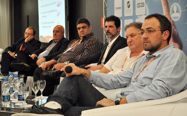 Integrantes do segundo Painel de Debates do do 2º Fórum do Mercado de Som e Acessórios Automotivos, realizado pela Revista AutoMOTIVO