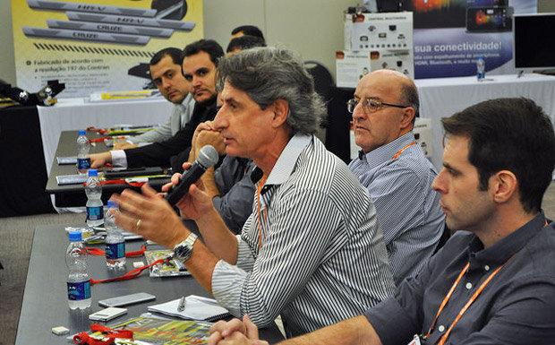Participante debate o mercado de som e acessórios automotivos durante o 2º  Fórum do Mercado de Som e Acessórios