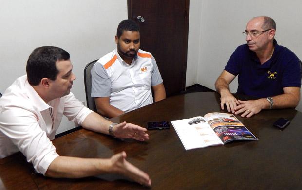 Executivos da Steel Works SW4 recebem a reportagem da revista AutoMOTIVO