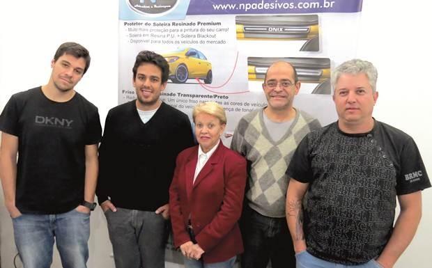 Parte da equipe da NP Adesivos, fabricante de acessórios automotivos