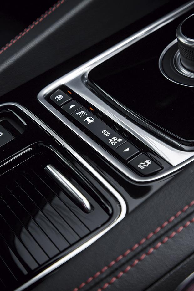 Muitos dos controles estão no console central, ao alcance do motorista