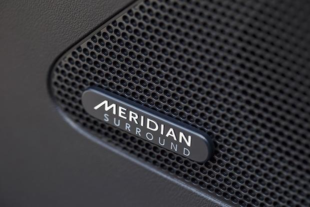 O sistema de audio Meridian, InControl Touch Pro tem efeito Surround, 17 alto-falantes e 825 watts de potência