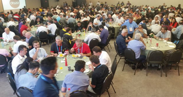 Participantes reunidos durante o almoço dão uma dimensão do tamanho do evento.