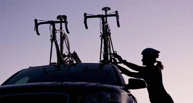 Qual a maneira correta de transportar com segurança bicicletas e pranchas no veículo?