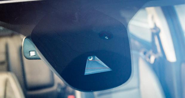 Sistema identifica sinais de trânsito e alerta o motorista